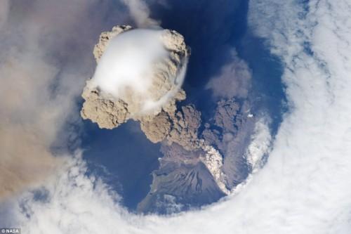 Взрыв вулкана Сарычева - вид из космоса