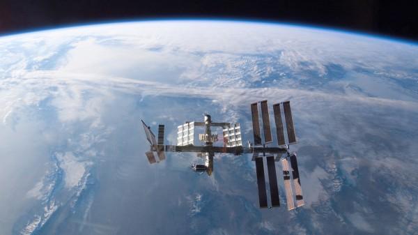 Спутник над планетой Землей