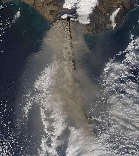 Вулкан Эйяфьятлайокудль со спутника
