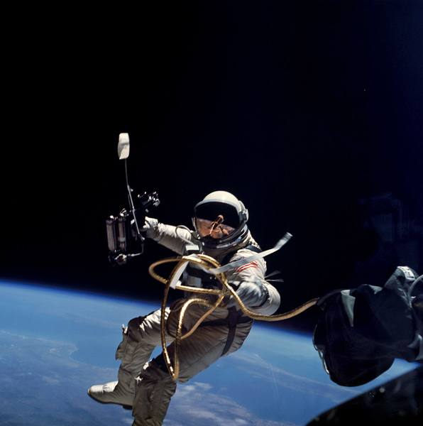 Первый выход в открытый космос
