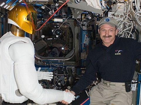 Рукопожатие в космосе от андроида